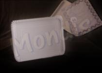 Bandeja cartón de 24 x 30 cm de color blanco especial para blondas rectangulares. Caja con 5 paquetes de 100 bandejas. Paquete de 100 bandejas.