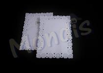 Blonda rectangular calado lito de 25 x 37 cm, indicada para emplatar y decorar. Caja de 20 paquetes de 100 blondas. Paquete de 100 blondas.
