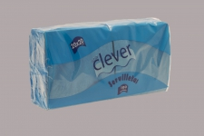 Servilleta de color turquesa 20x20 de 2 capas, en calidad tissue. Caja pequeña de 32 paquetes. Indicada para desayunos, meriendas, posavasos, cóctel,etc. Caja de 32 paquetes de 100 servilletas.