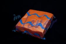 Servilleta para comedor de color naranja 40x40 de 2 capas, calidad tissue. Caja de 16 paquetes de 50 servilletas.