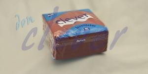 Servilleta para comedor de color burdeos 40x40 de 2 capas en calidad tissue Punta-Punta. Este acabado hace que la servilleta sea más fuerte y de mayor absorción. Caja de 24 paquetes de 50 servilletas.
